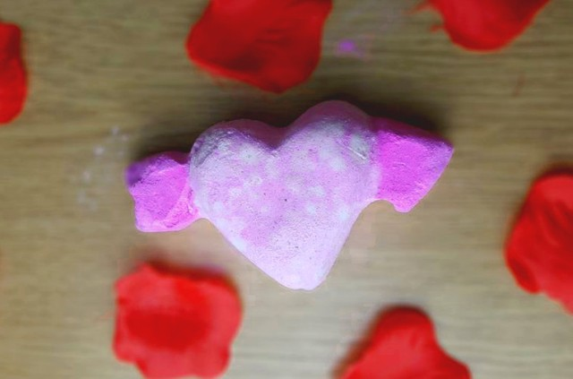 Cupid's Bow bath bomb lush