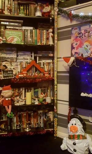 ChristmasTour-Decs-Bookshelf3